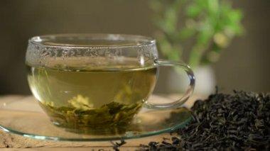 Kopje thee met losse thee — Stockvideo