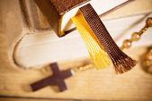 聖書やロザリオ — ストック写真