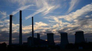 Silhouet van elektriciteitscentrale in de schemering — Stockvideo
