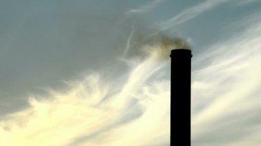 Detail van de schoorsteen van een elektriciteitscentrale in de schemering — Stockvideo