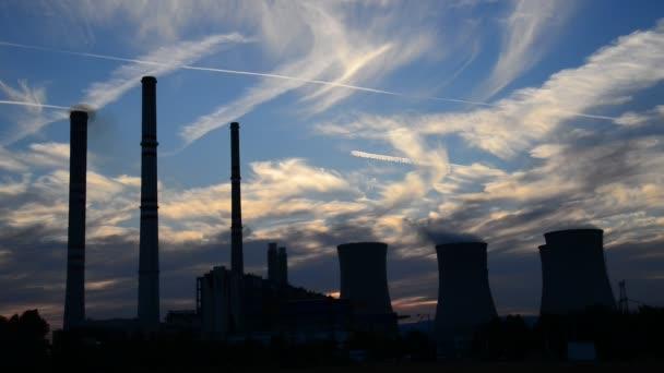 Silhouette de centrale électrique au crépuscule — Vidéo