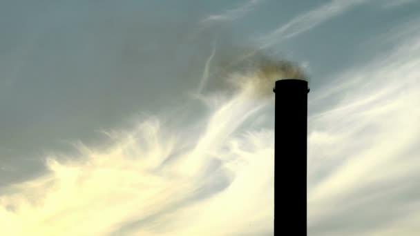 Détail de la cheminée de la centrale électrique au crépuscule — Vidéo