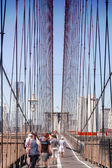 Brooklyn bridge – gehen nach manhattan — Stockfoto
