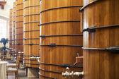 Barriles de vino en almacén — Foto de Stock