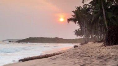 Piękny zachód słońca na plaży raj — Wideo stockowe