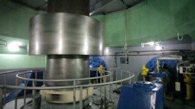 Turbina in una centrale idroelettrica — Video Stock