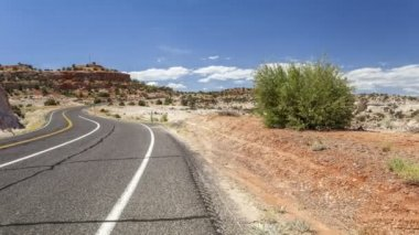 Winding road wih cars through empty wilderness. — Stockvideo