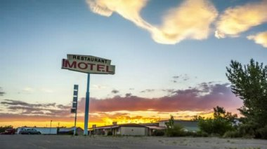 Beautiful sunset with motel sign in front. — Stock Video