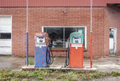 Vintage fuel pomp at closed petrol station — Stock Photo