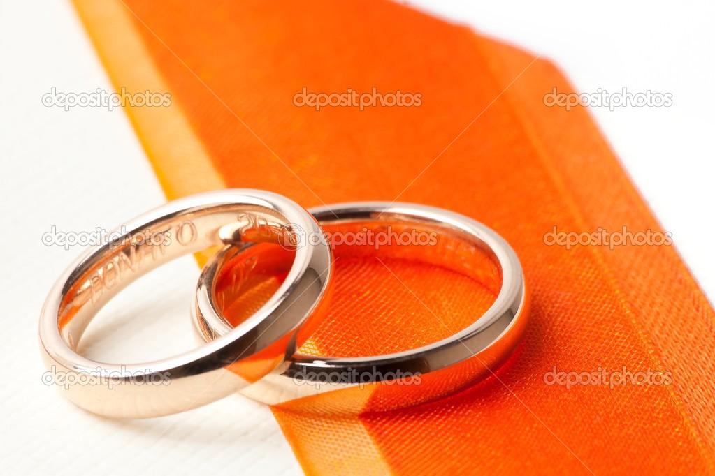 Alianças de ouro perto de fita laranja — Fotografias de Stock © donfiore1 28