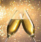 Champagner flöten mit goldenen blasen auf leichte bokeh-hintergrund — Stockfoto
