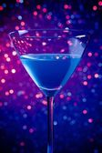 One glass blue cocktail on blue and violet tint light background — Stock Photo