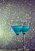A pair of glasses of blue cocktail on bar table — Stock Photo