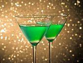 Glazen groen cocktail op tafel — Stockfoto