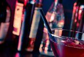 赤い氷とテキスト用のスペースとグラスにカクテルの詳細 — ストック写真