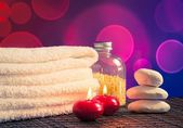 Spa massage border background with towel stacked,red candles and stone — Stock fotografie