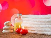 Confine di massaggio termale con asciugamano impilati, candele rosse e pietra per san valentino — Foto Stock