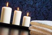 Spa masaż granicy tła z ręcznikiem ułożone i świece — Zdjęcie stockowe