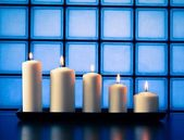 White candles on wood table — Stockfoto