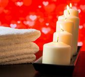 Spa, white candles and towel stacked on wood table valentine day concept — Stok fotoğraf