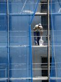 Builder on scaffolding — Stock Photo