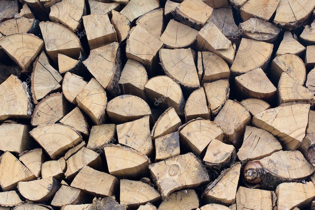 在一堆干切碎木柴的背景日志— 照片作者 fir4ik