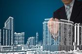 Homem de negócios desenhar o edifício e a paisagem urbana — Fotografia Stock