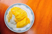 Thai style tropical dessert, glutinous rice eat with mangoes — Stock Photo
