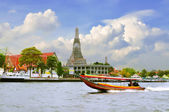 Long tail motor boat cruise in front of Wat Arun in Chaopraya ri — Stock Photo