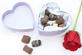 Rosa rossa con scatola di cioccolatini — Foto Stock