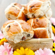 Hot cross buns and flowers — Stock Photo #43305381
