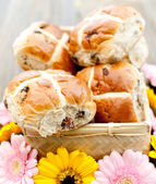 Hot cross buns and flowers — Stock Photo
