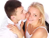 在爱情的幸福小两口。男人亲吻他的女朋友 — 图库照片