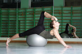 Donna esercizio con palla di esercizio — Foto Stock