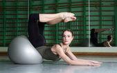Vrouw uitoefenend met oefening bal — Stockfoto