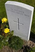 Tumba de un soldado de la gran guerra en el cementerio de tyne cot — Foto de Stock
