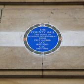 Plaque on the Old county Hall in London. — Stock Photo