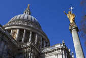 St. Pauls Cathedral and Statue of Saint Paul in London — Stock Photo