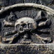 Skull & Crossbones Carving on a Gravestone — Stock Photo