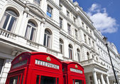 Red Telephone Boxes outside Attractive London Appartments — Stock Photo