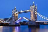 Londra tower bridge alacakaranlıkta — Stok fotoğraf