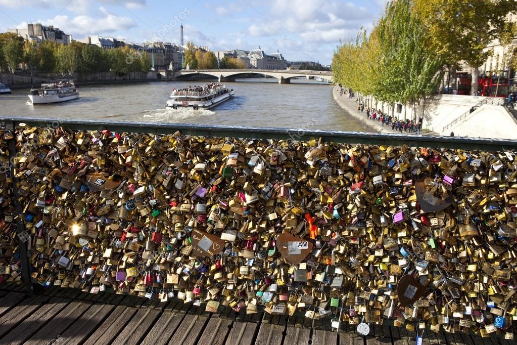 Vue depuis le pont des arts paris des arts photographie chrisdo - Cadenas amoureux pont paris ...