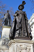 Statues of Queen Mother Elizabeth and King George IV — Stock Photo