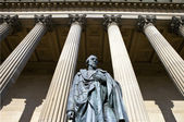 Benjamin Disraeli Statue outside St. George's Hall in Liverpool — Stock Photo