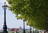 L'argine di albert che conduce al ponte di westminster a londra — Foto Stock