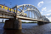Train Crosses the Iron Bridge over the Daugava River in Riga — Stock Photo