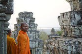 Buddhist monks in angkor wat cambodia — Stock Photo