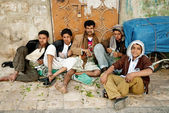 Men and boys chewing street qat khat sanaa city yemen — Stockfoto