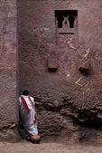 Prete copto parying fuori della chiesa in etiopia lalibela — Foto Stock