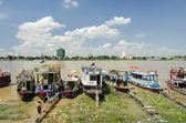 Embarcaciones turísticas en río tonle sap en camboya — Foto de Stock